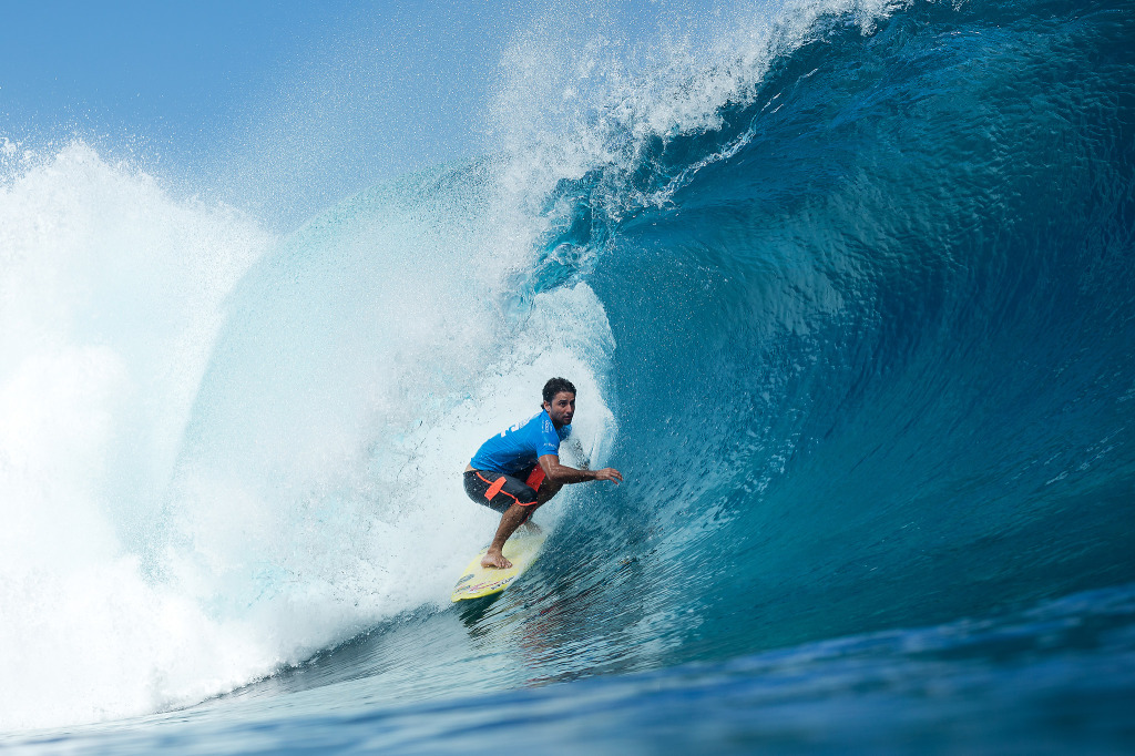 Santos advanced in to Round 4 of Billabong Pro Tahiti in Teahupoo after defeating current WSL Jeep Leaderboard ratings leader Adriano de Souza.