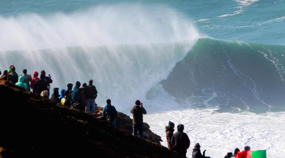 An empty beast unloads on the inside under the cliffs. Photo WSL/ Lauren Masurel